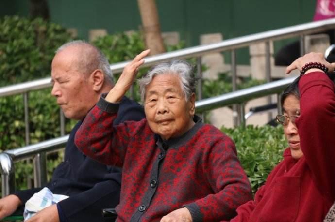 Зачем китайцы хлопают себя во время прогулок?